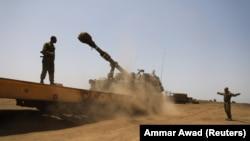 Ushtarët izraelitë kryejnë stërvitje në pjesën e pushtuar të Rrafshnaltës së Golanit nga Izraeli.
