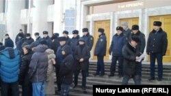 Алматы қалалық әкімдігі алдында тұрған полицейлер. (Көрнекі сурет).