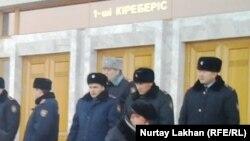 Полицейские у акимата города Алматы. Иллюстративное фото.