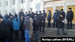 Теңге девальвациясынан кейін Алматы әкімдігі алдына жиналған наразыларды полиция бақылап тұр. Алматы, 13 ақпан 2014 жыл.