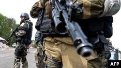 На Украине пока происходит все большая радикализация. «Мы не остановимся!» – заявляет глава МВД Украины Арсен Аваков. «Они не пройдут!» – отвечают сторонники федерализации, пытаясь остановить движущиеся на них БТРы