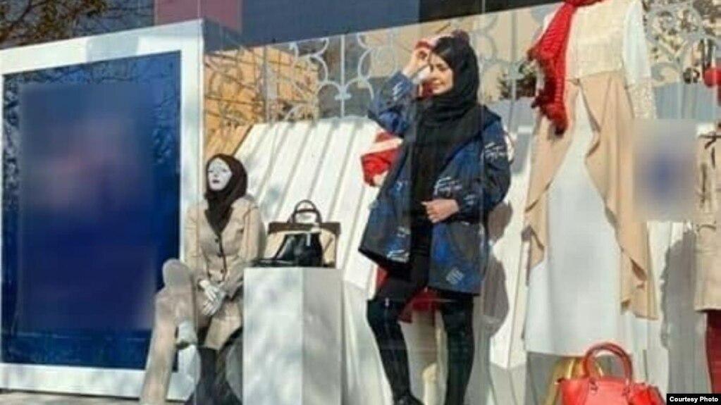 مانکن زن در ویترین فروشگاه پوشاک در مشهد