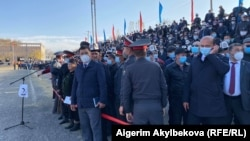 Пришедшие на встречу с Садыром Жапаровым жители Баткенской области, город Баткен, 2 ноября 2020 г.