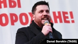 Leonid Volkov addresses a rally in Yekaterinburg in April 2018.