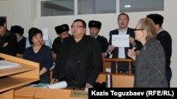 «Араздық қоздырды» деп айыпталған Серікжан Мәмбеталиннің судья Жарылғасоваға қарсылық білдіріп тұрған сәті. 8 қаңтар 2015 жыл.