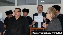 Гражданские активисты Ермек Нарымбаев и Серикжан Мамбеталин, обвиняемые в разжигании розни, требуют отвода судьи Марал Джарилгасовой. Алматы, 8 января 2016 года.