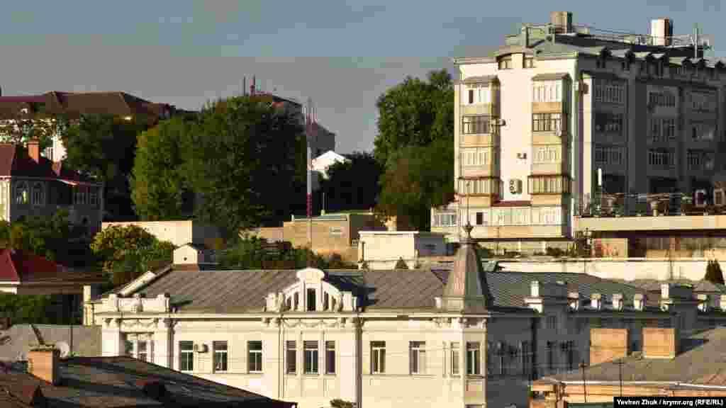 Так виглядає дах севастопольського Головпоштамту. Він побудований у 1914 році за проєктом архітектора Георгія Доліна