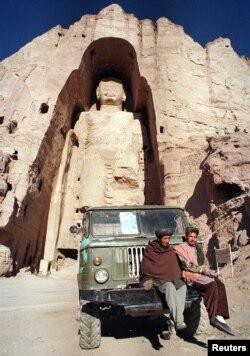 Бамияндағы Будда мүсінінің (53 метр) бұзылмай тұрғандағы суреті. Ауғанстан, 22 желтоқсан 1997 жыл.