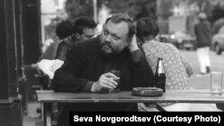 Игорь Померанцев в лондонском пабе, район Maida Vale, 1985 г. Фото Севы Новгородцева
