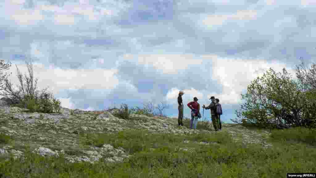 Єдина туристична група на вершині Парагільмену