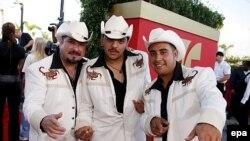 Испаноязычные американцы празднуют собственные праздники и поют собственные песни. На конкурсе 2006 Latin Billboard Award show во Флориде