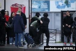 Задержание участника протеста в Минске, 11 октября 2020 года