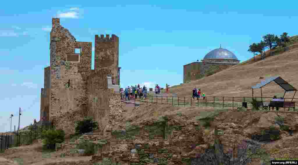 Екскурсанти під стінами середньовічної Генуезької фортеці