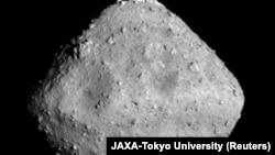 Фотография астероида Рюгу, сделанная камерой «Хаябуса-2», 24 июня 2018 года.