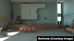 Разрушенный при артобстреле кинозал в Мариуполе. Кадр из фильма Мантаса Кведаравичюса