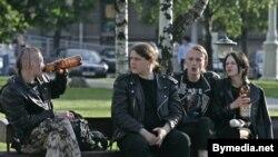 По информации авторов закона, в случае его принятия взрослые россияне смогут пить пиво на улицах, но только возле тех ларьков, у которых будут стоять столики