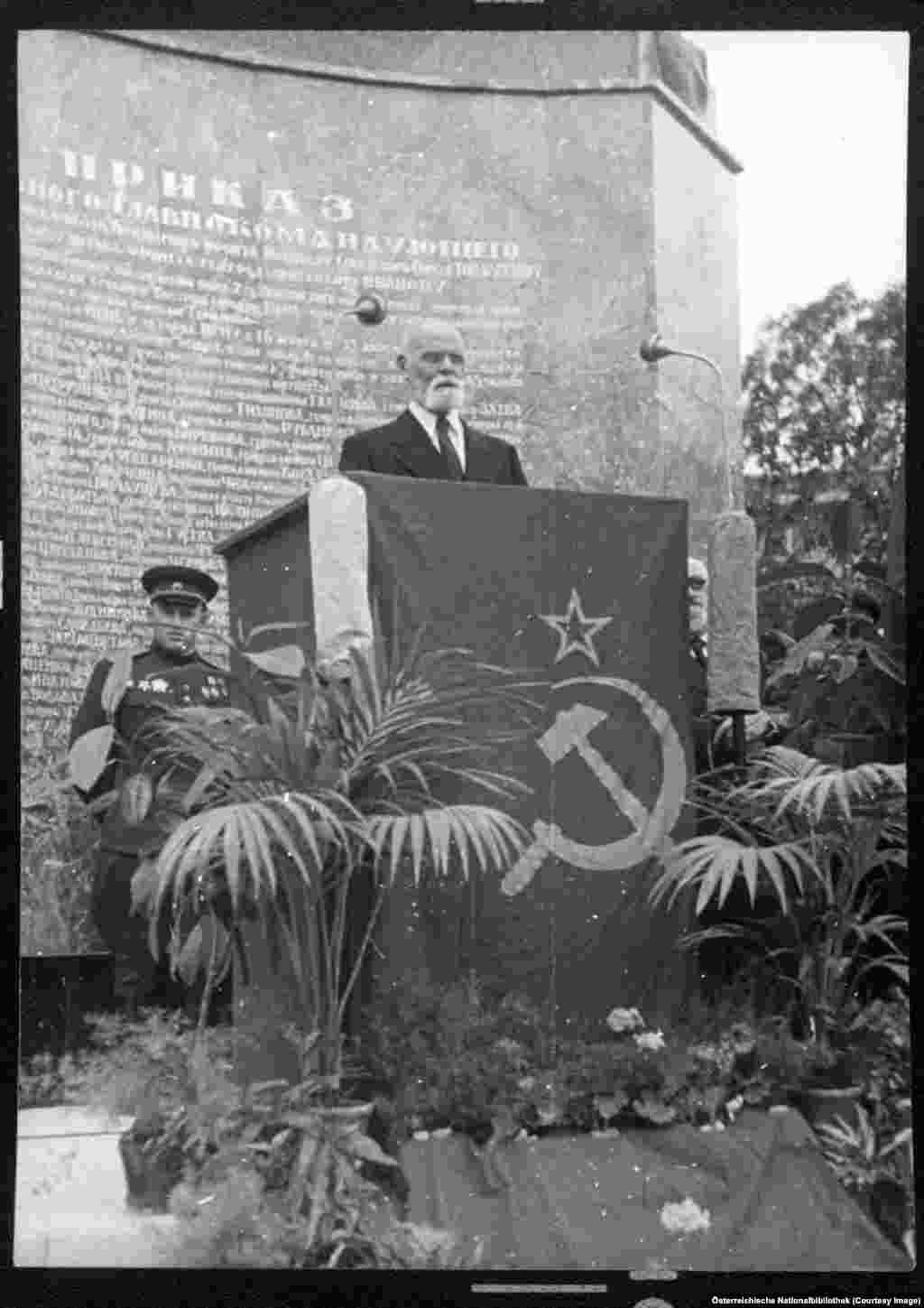 Theodor Koerner, the mayor of Vienna and soon-to-be president of Austria, at the unveiling of a memorial to Soviet soldiers killed during the capture of Vienna.