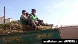 Работники коммунальных служб в Туркменистане. 27 февраля 2014 года.