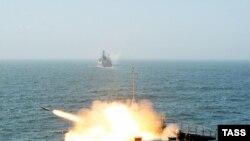 """Ракетный залп с большого противолодочного корабля """"Маршал Шапошников"""" во время российско-китайских учений """"Мирная миссия"""" в 2005 году."""