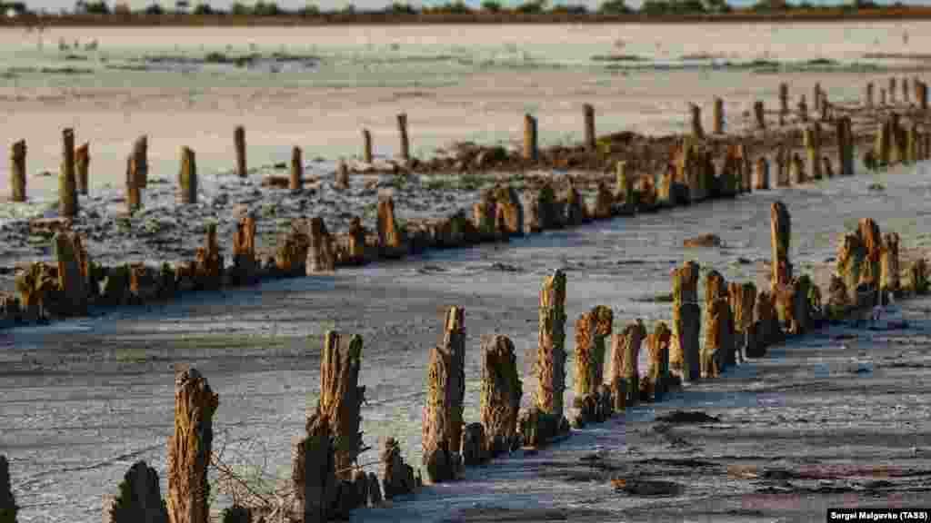 Раньше соль добывали вручную. Эти столбы были сваями, на которых лежали деревянные настилы. На настилах соль сушилась