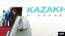 Нұрсұлтан Назарбаевты Пекин әуежайында Қытай үкіметінің өкілдері күтіп алды. Пекин, 5 маусым 2012 жыл.