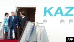 Президента Казахстана Нурсултана Назарбаева встречают в аэропорту в Пекине. 5 июня 2012 года.