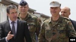 Sekretar i përgjithshëm i NATO-s, gjeneral Anders Fog Rasmusen (majtas), dhe komandanti i KFOR-it, gjenerallejtënant Markus Bentler (djathtas), Prishtinë, 21 maj 2010