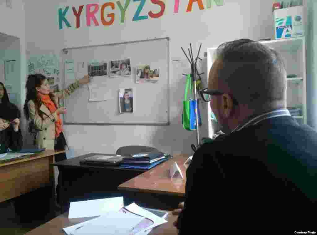 Таржымачылыктын алгачкы кадамдары. Асел Жапарованын Кыргызстанды даңазалайм деген тилеги бар. Сүрөттүн автору Каныкей Канатбекова.