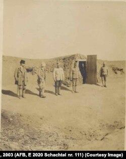 Prizonieri Centrali în fața bordeielor din vechiul lagăr, Albița, martie 1918
