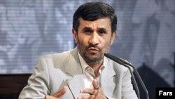 محمود احمدینژاد در چهاردهمین کنفرانس مطبوعاتی در روز دوم خرداد ۸۸