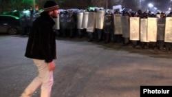 Սառնաղբյուրցի Մնացական Ալեքսանյանը Գյումրիում բողոքի ակցիայի ժամանակ, 15-ը հունվարի, 2015թ.