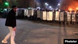 Ցուցարար Մնացական Ալեքսանյանը Գյումրիի ցույցի ժամանակ, 15-ը հունվարի, 2015թ.