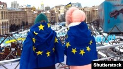 Діти з прапорами Євросоюзу на майдані Незалежності в Києві, 18 березня 2018 року