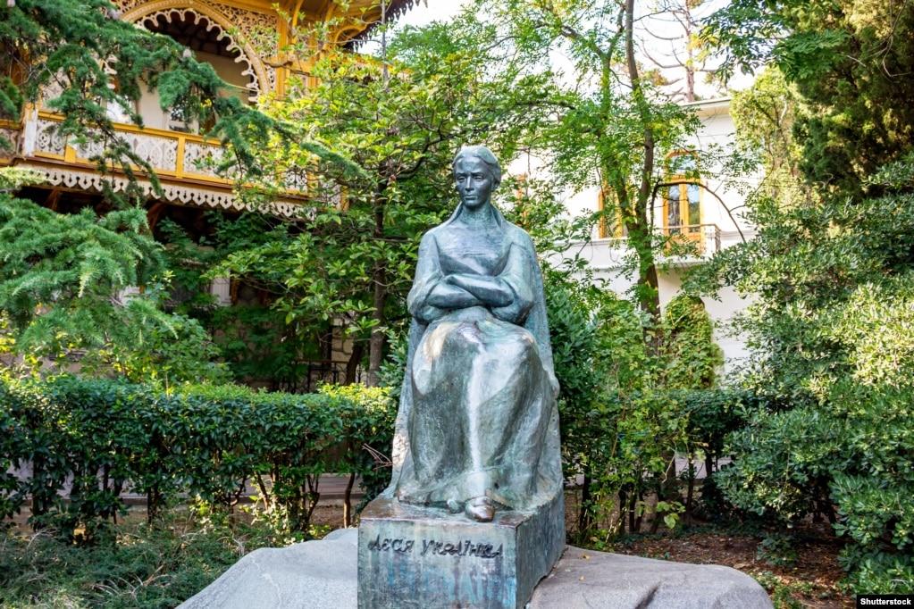 Крим. Пам'ятник Лесі Українці в Ялті біля Музею Лесі Українки. Письменниця провела в Ялті два роки із прожитих 42-х