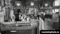 Interiorul magazinului în anii '50.