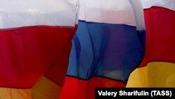 Флаги самопровозглашенной республики Южная Осетия и Российской Федерации
