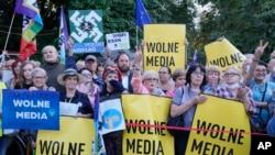 Tüntetés a lengyel médiatörvény módosítása ellen