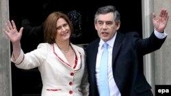 Старая гвардия лейбористов полагает, что Браун (справа) слишком засиделся в доме номер 10 по Даунинг-стрит