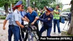 Полиция задерживает Армана Абдуллаханова в центре Алматы, где ожидался несанкционированный митинг. 10 июня 2019 года