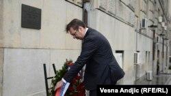 Aleksandar Vučić postavlja vijenac na mjestu ubistva Zorana Đinđića, mart 2015
