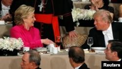 Kandidati za predsjednika SAD Hillary Clinton i Donald Trump na dobrotvornoj večeri u New Yorku, 20. oktobra 2016.