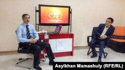 Консул Украины в Алматы Сергей Бобошко (слева) и журналист Касым Аманжолов на пресс-конференции на телеканале «Тан». Алматы, 18 сентября 2014 года.