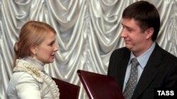 На Украине привыкли делить сообщения о достижении очередных политических договоренностей даже не на десять. Тимошенко и Кириленко обмениваются своими экземплярами коалиционного договора