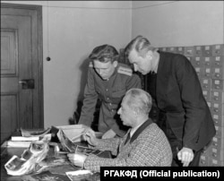 Капитан Гришаев с личным фотографом Гитлера Генрихом Гофманом и неустановленным лицом из американской делегации. Автор фото не установлен. РГАКФД. арх. № В-3022