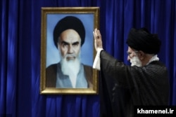 آیتالله خامنهای، بعد از مرگ آیتالله خمینی و با انتخاب مجلس خبرگان به کرسی رهبری تکیه کرد.