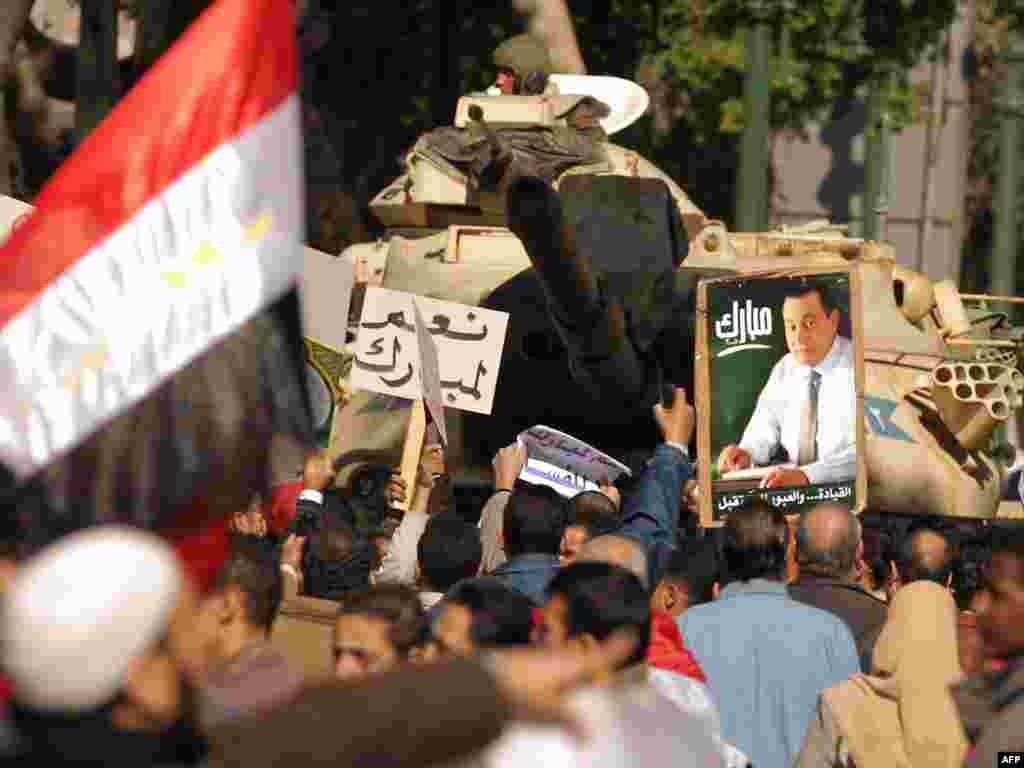 Mubarak supporters rally in Cairo.