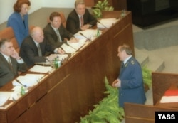 Юрий Скуратов во время обсуждения Советом Федерации вопроса о его отставке, 1999 год