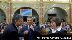Kövér László házelnök gratulál Karas Monikának, a Médiatanács megválasztott elnökének az eskütétel után az Országgyűlés plenáris ülésén 2013-ban.