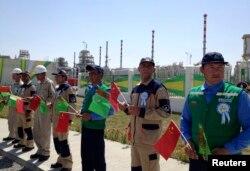 Галкыныш газ кенішіндегі салтанатты рәсімде тұрған жұмысшылар. Түркіменстан, 4 қыркүйек 2013 жыл.