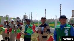 Туркменистан -- Туркменистанан а, Китайн а байракхаш карахь лаьтта белхалой Galkynysh йолу газан станци схьайоьллучу церемонехь дакъалаца вогIучу Китайн куьйгалхочуьнга хьоьжуш, 4Гезг2013